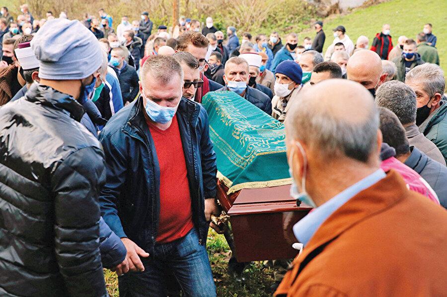 Bu seçimlerde maalesef üzücü bir hadise yaşandı. SDA'nin Travnik şehrindeki adayı Mirsad Keco, tam da seçim gününde koronadan dolayı tedavi gördüğü hastanede vefat etti.