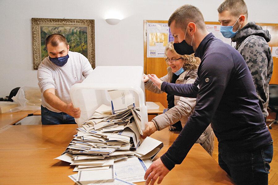 Son dönem Srebrenitsa belediye başkanlığını Sırp Mladen Gruyiçiç yapıyordu. Bu seçimde Boşnaklar yoğun bir kampanya faaliyeti yürüttü. Tüm Boşnak partiler birleşip tek adayı desteklediler. Srebrenitsa'daki ortak aday Aliya Tabakoviç oldu.