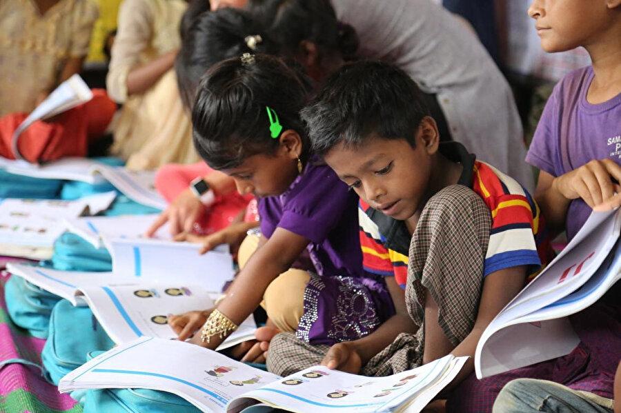 Kamplardaki, 12 yaşın altındaki 540 bin Arakanlı çocuğun yarısı eğitimden tamamen yoksun bulunuyor.