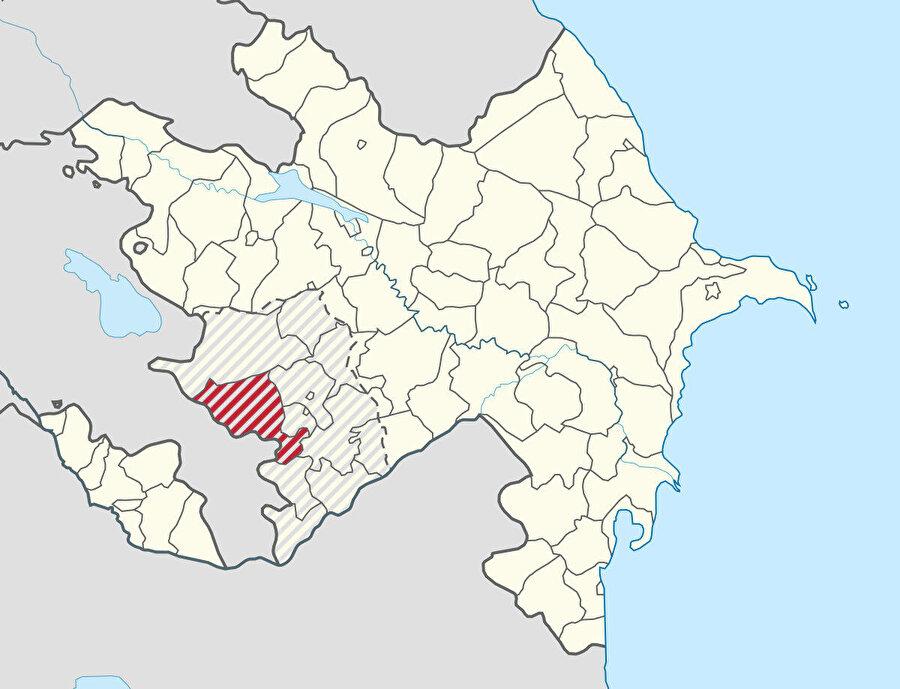 Laçın ilinin kuzeyden Kelbecer, doğudan Hocalı, Şuşa ve Hocavend, güneyden ise Gubadlı illeri ile il sınırı bulunuyor. Batısında Ermenistan yer alıyor.