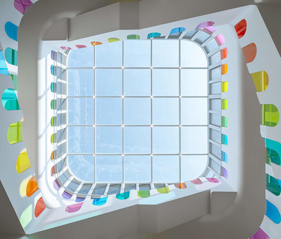 Cam ile örtülmüş tavan, alana doğal ışık girmesini sağlıyor.