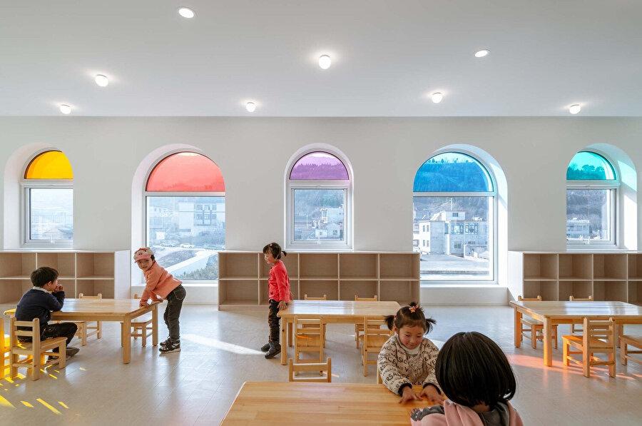 Sınıflarda minimal ahşap mobilyalar kullanılıyor.