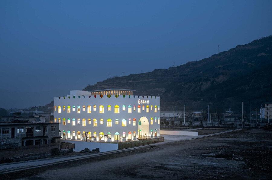 Gece anaokulu, iç kısımdaki parlayan ışıklarıyla adeta bir gece lambasını andırıyor.