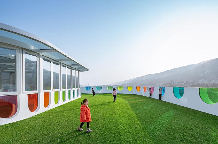 Çatıdaki oyun alanında da, iç mekanda uygulanan konsept devam ediyor.