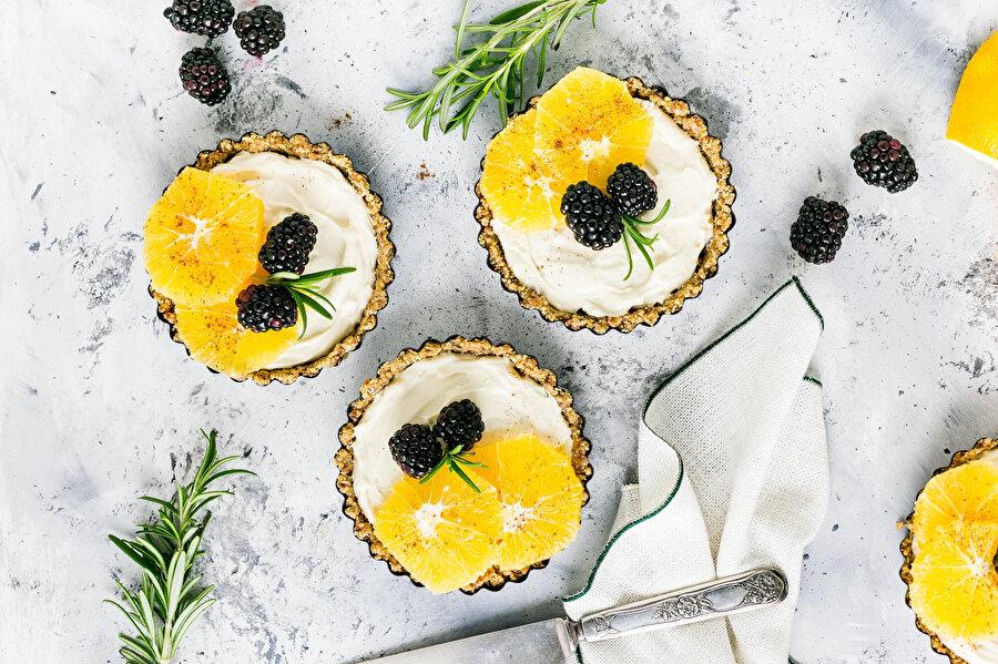Tartolet: Tek kişilik küçük boyutlar halinde hazırlanıp üzerine meyve dizilen dolgu kremalı tatlı.