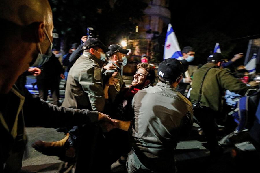 Polis zaman zaman göstericilere müdahale etti.