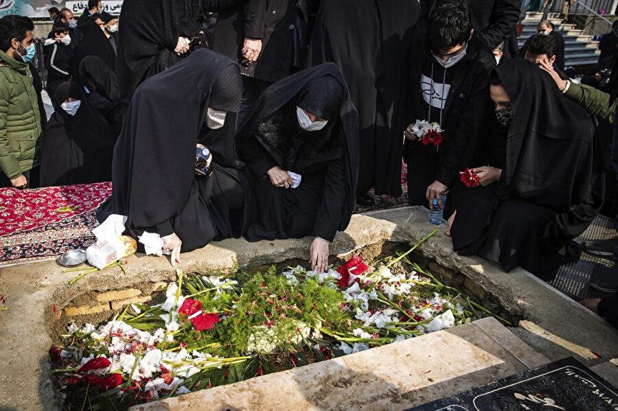 Fahrizade'nin mezarını ziyaret eden İranlılar.