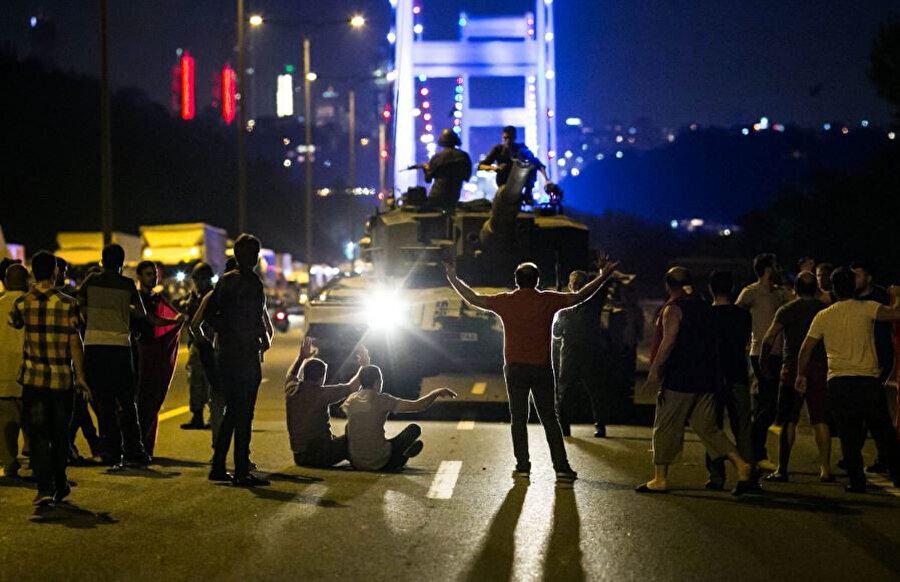 15 Temmuz darbe girişimi sırasında, Boğaziçi Köprüsü'ndeki tanklar ve insanlar...