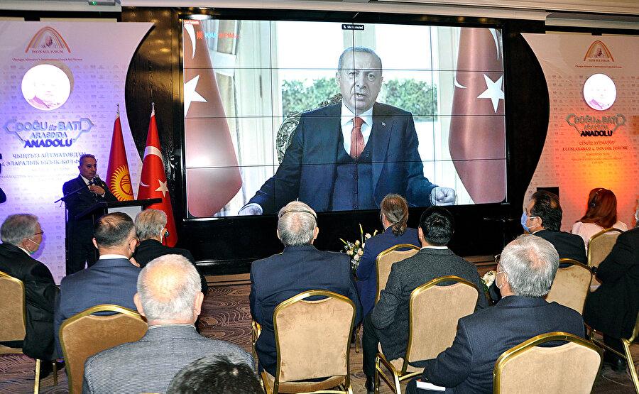 Forumun başında Recep Tayyip Erdoğan'ın Uluslararası 4. Issık Göl Forumu'na hitap ettiği video mesajı yayımlandı.