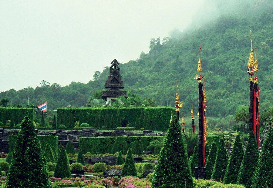 Bahçenin içerisinde, iki restoran, küçük bir Hayvanat Bahçesi ve yüzme havuzu ve Thai stili kiralık evler içeren bir otel bulunmaktadır.