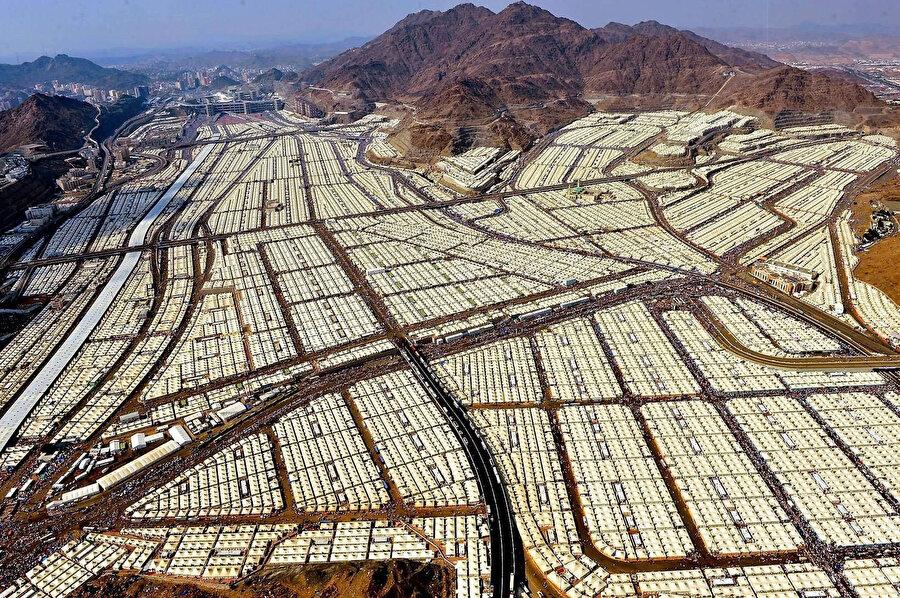 Hac ibadeti sırasında Müslümanların konakladığı, Mina mevkiindeki çadır kent.