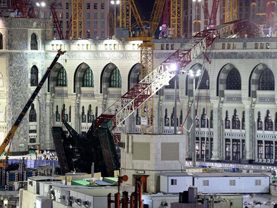 Mescid-i Haram üzerine devrilen vinç, 100'den fazla Müslümanın ölümüne neden oldu.