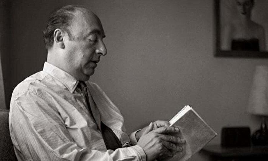 1943'te Şili'ye dönen Neruda, 1945'te senatör seçildi ve Şili Komünist Partisi'ne katıldı.