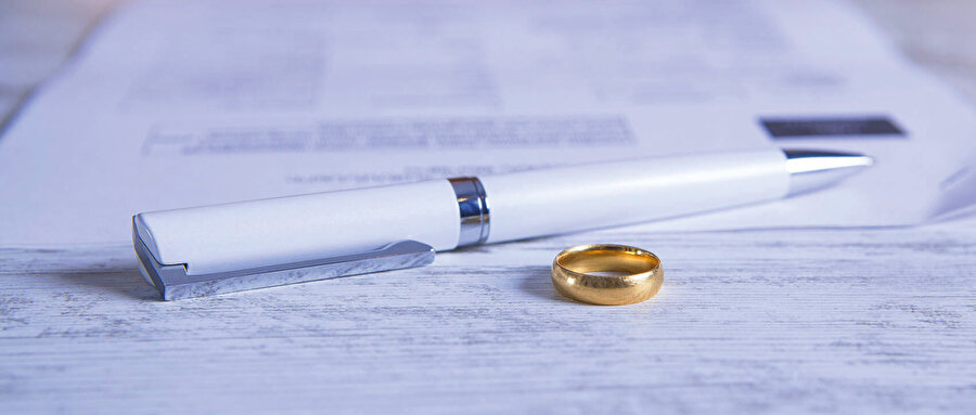 Mevcut kanuna göre ister on yıl ister bir yıl evli kalsın, yoksulluk nafakası adı altında erkeğin kadına bir ömür boyu bakması gerekiyor.