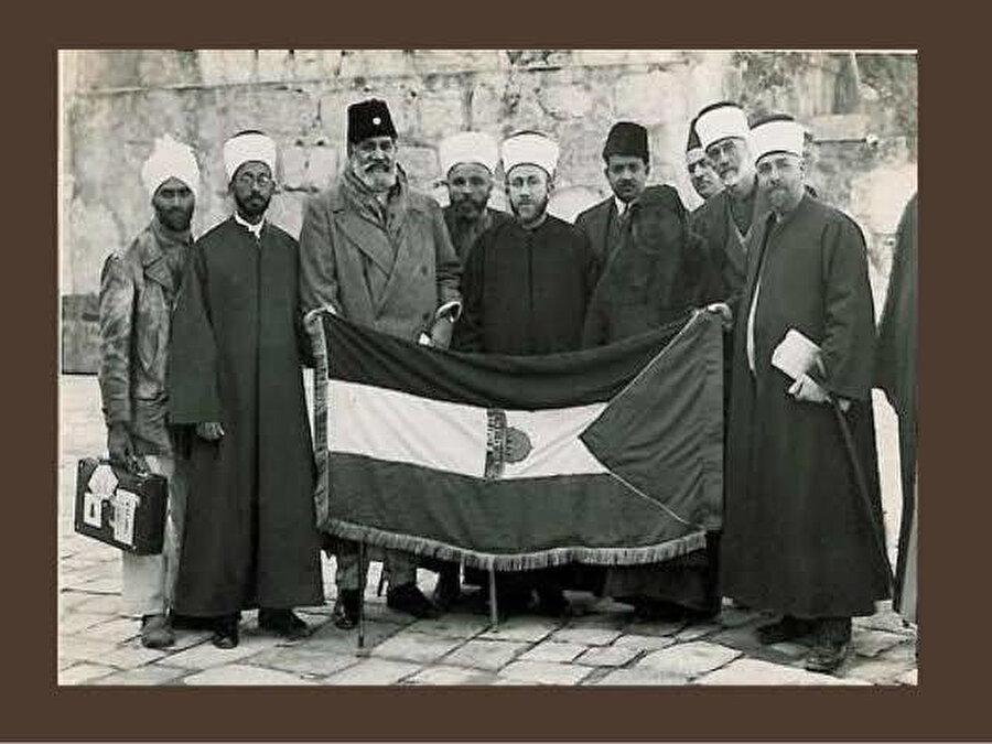 Kudüs'teki Genel İslâm Kongresi'ne katılan Şevket Ali (soldan üçüncü), Kudüs Müftüsü Hacı Emîn el Huseynî (soldan beşinci) ve diğerleriyle.