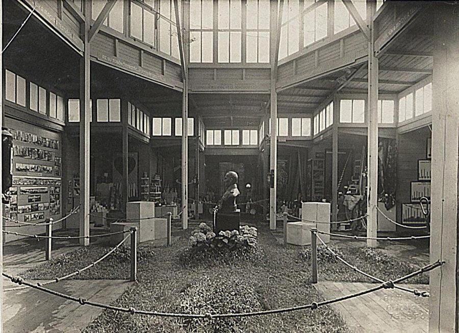 İç mekanda ahşap malzeme kullanımıyla Türk evlerine atıfta bulunuluyor. Pavyonun merkezine, dönemin önde gelen temsiliyet simgelerinden biri olan Atatürk büstü yerleştiriliyor.