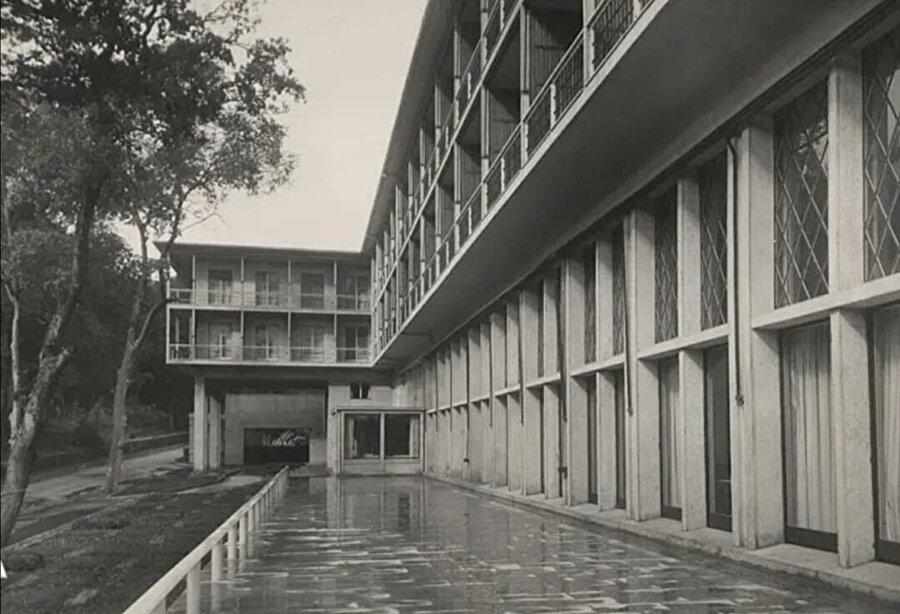 """Yalova Termal Oteli (1934-37), yapılan yarışmada birincilik ödülü alır. Düzenlenen düşey elemanları, modüler vurguları, modernist yaklaşımda olsa da çatı detayları, revaklar, kafesler ve çeşitli iç mekan detaylarıyla yapı, """"Milli Mimari hareketinin ilk ürünü"""" olarak nitelenir."""