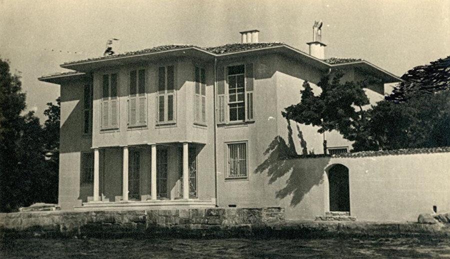 Ayaşlı Yalısı, 1938, SALT Arşiv. Yalı düşey pencereleri ve geleneksel tarzda sofa planıyla geleneksel yapı tipini yeniden yorumlayan bir çalışma.