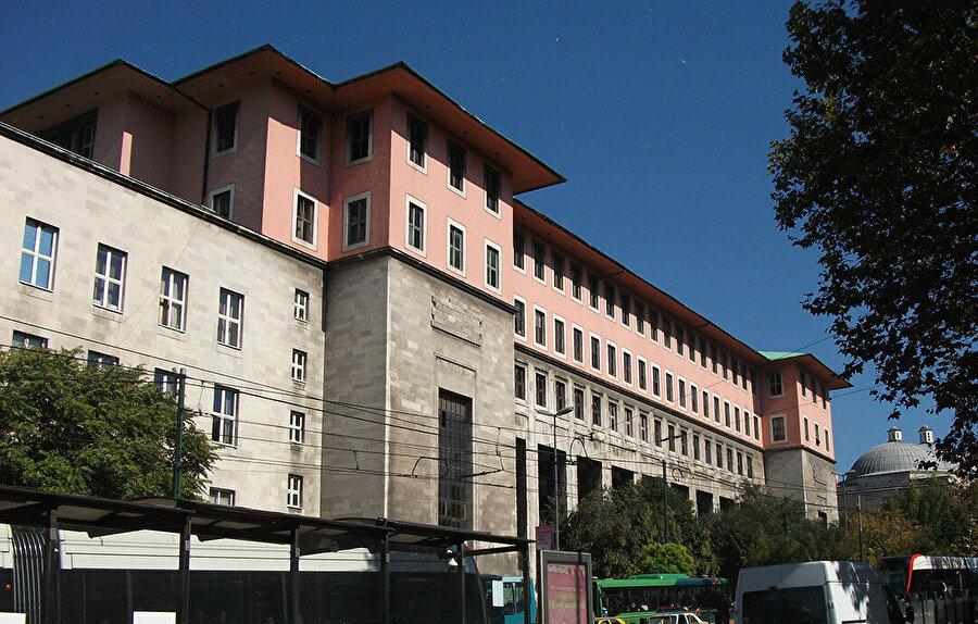 İstanbul Üniversitesi Fen ve Edebiyat Fakülteleri (1947-50).