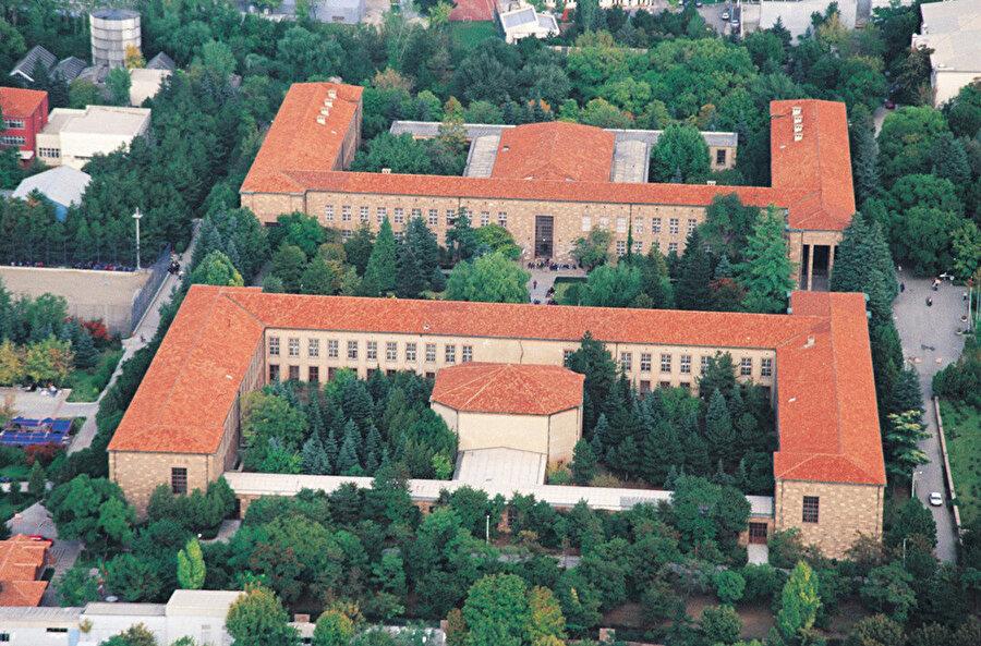 Ankara Üniversitesi Fen Fakültesi binası (1943-45).