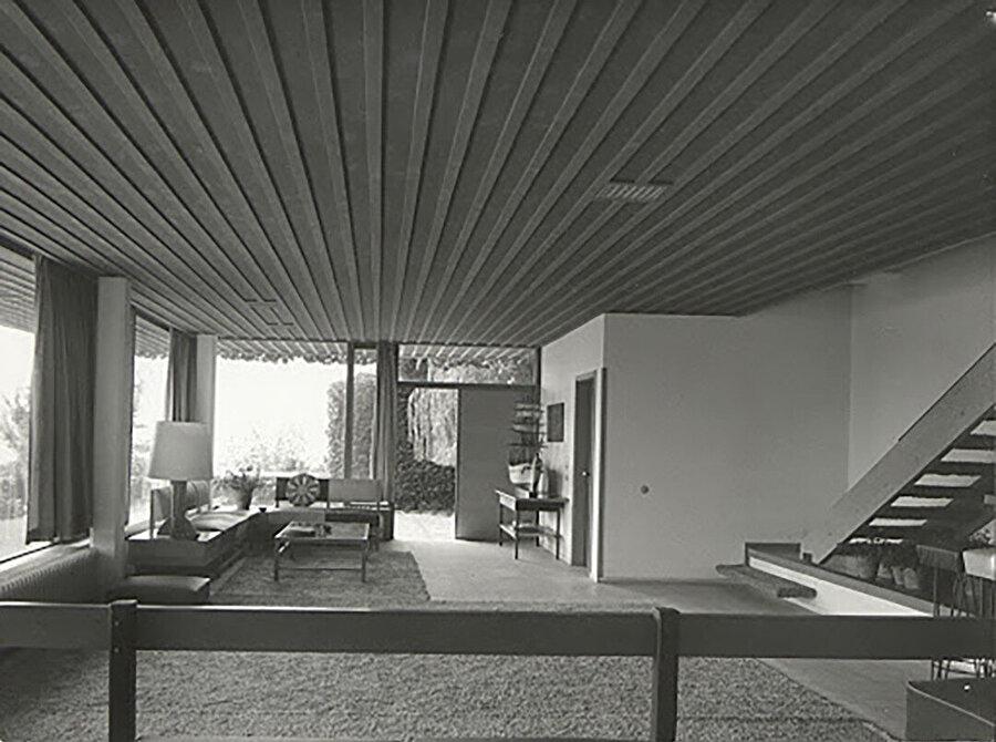 Safyurtlu Konutu 2 (1952) iç mekanı. Yapı, Eldem tarzından uzak bir üsluba sahip. 2. Dünya Savaşı sonrası tekrardan canlanan modernist mimari etkisinde olan yapıda; betonarme ayaklar, cephelere hakim camlar, yatay vurgular yer alıyor.
