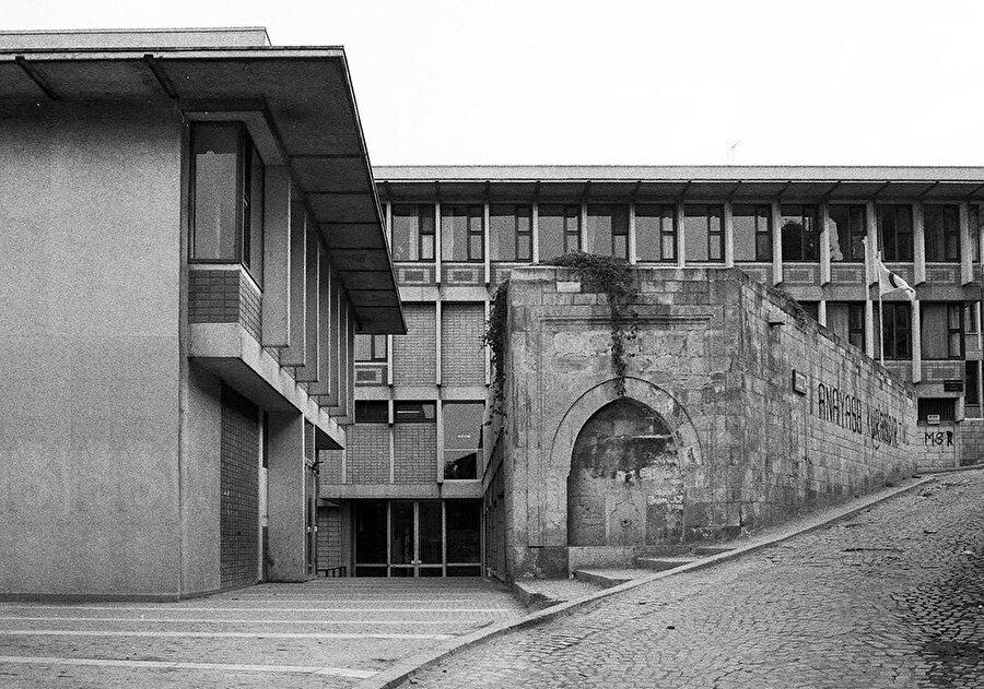 SSK binasının, arkasındaki sokakla ilişkisi.
