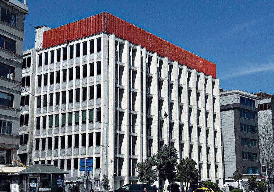 Akbank Genel Müdürlük Binası (1966-68). Yapıya sonradan özgün tasarıma uygun şekilde ekleme yapılır.