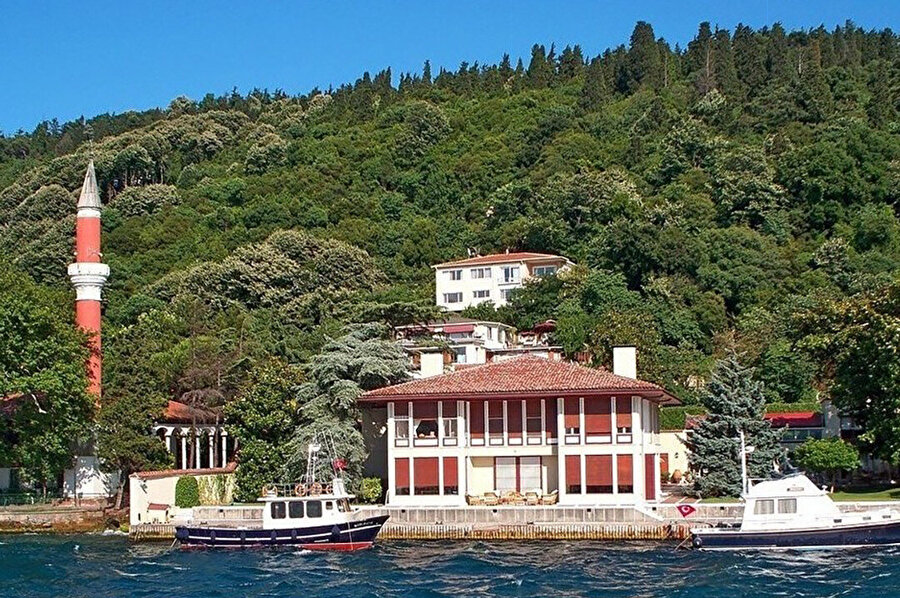 Suna Kıraç Yalısı (1966), alanda bulunan eski bir yapı temelleri üzerine inşa edilir. Vaniköy Camii yanında olmasıyla Eldem açısından ayrıca öneme sahiptir.