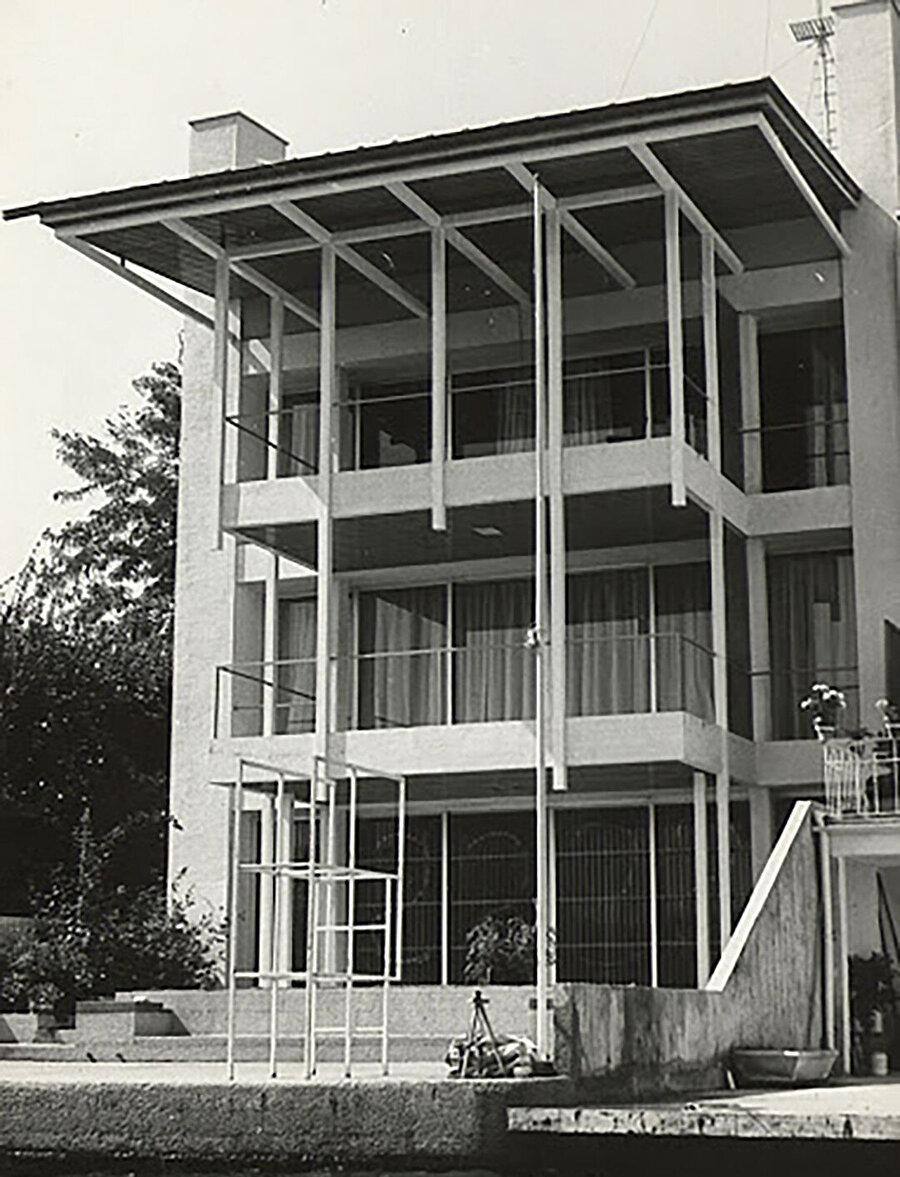 Sirer Yalısı (1967), SALT Arşiv. Arsa sebebiyle bitişik nizamda dar şekilde inşa edilen yapının deniz cephesinin darlığı; derinliğiyle telafi edilmeye çalışılır.