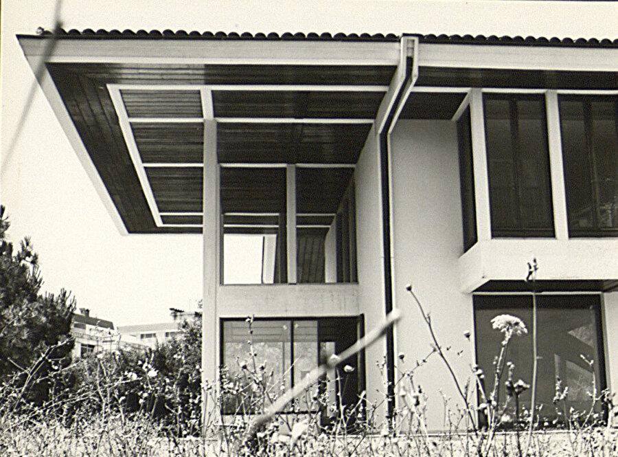 Sertel Konutu (1980), SALT Arşiv. Yapı geleneksel sofa tipi, modüler ızgara sistemi, düşey pencereleri, saçak ve çıkmalarıyla Eldem tarzının özetini oluşturuyor.