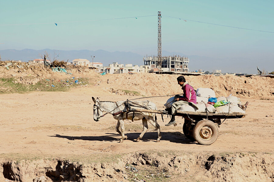 Sebze haline gidebilen mülteci Afganlar, günlük 200-300 (9-13 Türk lirası) Pakistan rupisi kazanıyor.