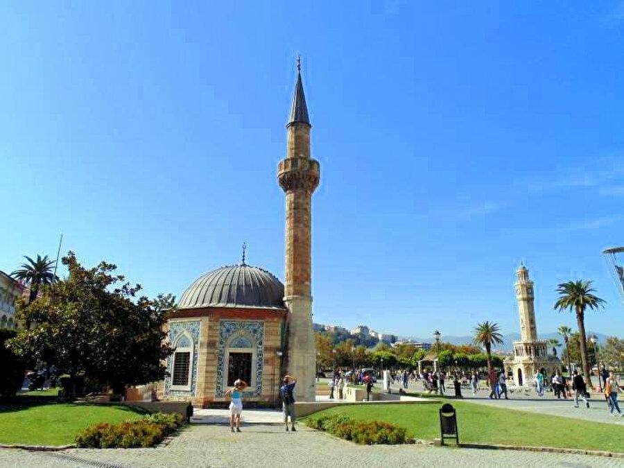 Konak Meydanında, çinileri ve sekizgen planıyla dikkatleri çeken, İzmir'in en zarif camilerinden Yalı (Konak) Camii, Mehmet Paşa kızı Ayşe Hanım tarafından 1755 yılında yaptırılmış, I.Dünya Savaşı'nda onarılmıştır.