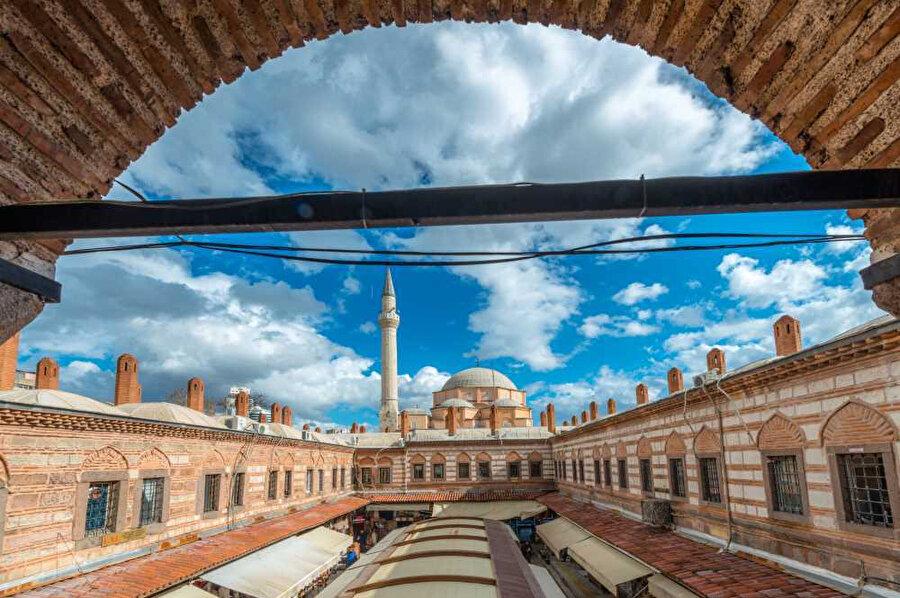 Hisar Camisi, 1592 yılında Yakup Bey tarafından yaptırılmıştır. İzmir'in en büyük ve gösterişli camisidir.