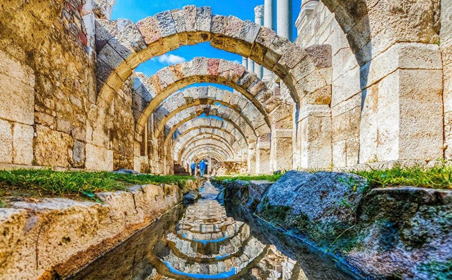 İzmir agorası, MÖ. 4 yy'da antik Smyrna Kenti'nin taşındığı Pagos (Kadifekale)'un kuzey yamacında kuruludur.