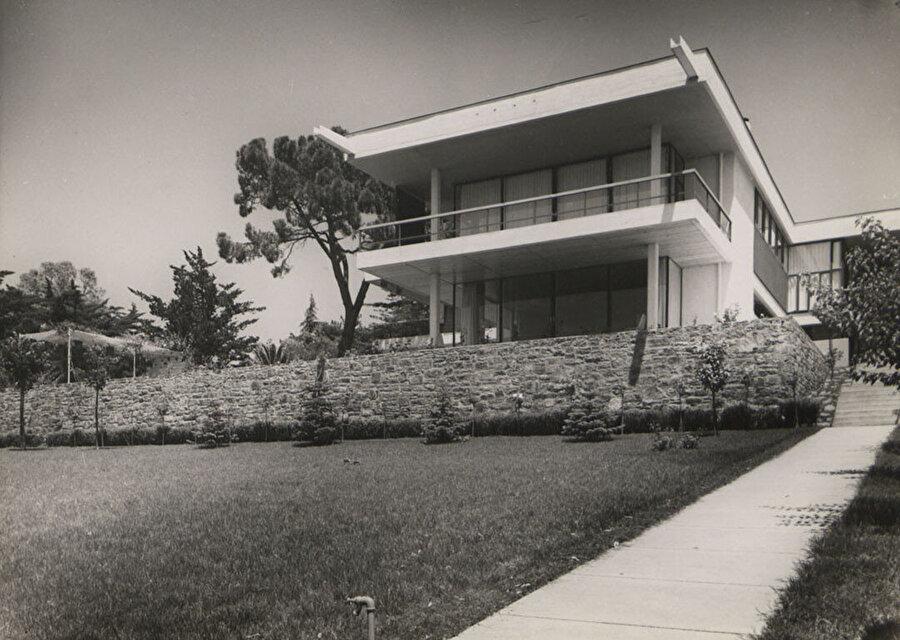 Rıza Derviş Konutu (1956-57), SALT Arşiv. Modernist üslupta tasarlanmış olan yapıda; geleneksel öğelere detaylarda yer verilir.