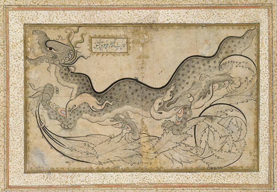 """Sivri uçlu hançeri yapraklar topluluğu üzerinde sol yöne doğru yürüyen benekli ejder, """"Amel-i Şahkulu alâ tarik'l-meşk"""" yazılıdır (Metropolitan Museum, 57.51.26)"""