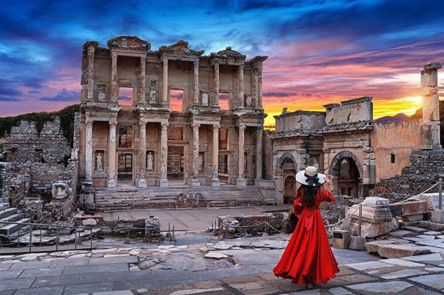 Efes, Anadolu'nun batı kıyısında, bugünkü İzmir ilinin Selçuk ilçesi sınırları içerisinde bulunan, daha sonra önemli bir Roma kenti olan antik bir Yunan kentiydi.