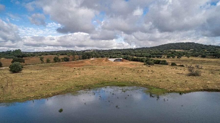 Yapının avlusu, Avrupa'nın en büyük insan yapımı gölü olan Alqueva Gölü'ne doğru uzanıyor.