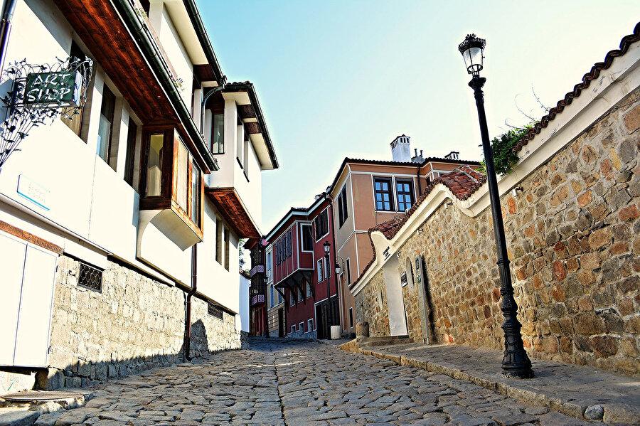 Sokakları adımlarken, Bursa veya Safranbolu'yı hatırlamamak imkânsızdır.
