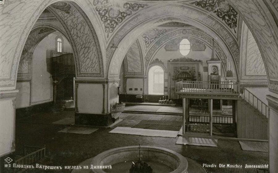 """""""Cuma Camii"""" olarak da bilinen Hüdâvendigar'ın içine ait eski bir fotoğraf."""