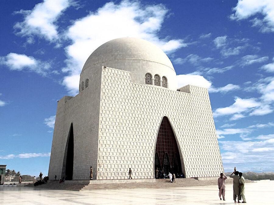 """Cinnah'ın Karaçi'de """"Mezar-ı Kaid"""" olarak isimlendirilen kabri."""