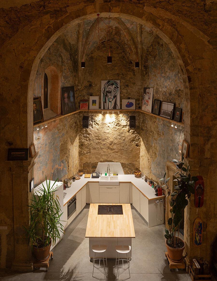 Kilisenin apsis kısmında mutfak konumlanıyor.
