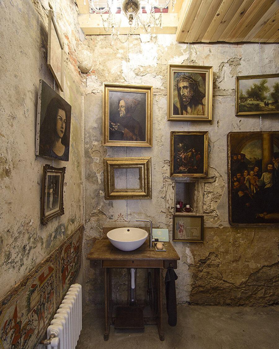 Mimar Tas, evin içini çeşitli sanat eserleriyle ve kendi yaptığı mobilyalarla donatıyor. Lavaboyu eski bir dikiş makinası masasından dönüştürüyor.