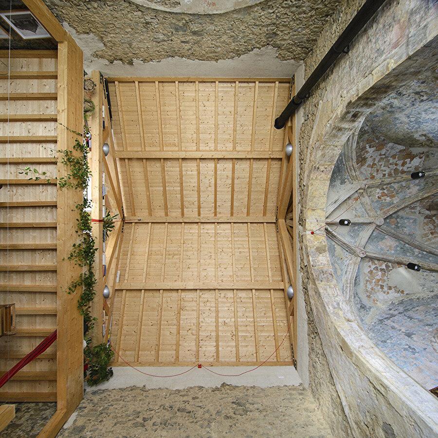 Yapının çatı açıklığı, asma katlarda da kullanılan lamine ahşapla geçiliyor.