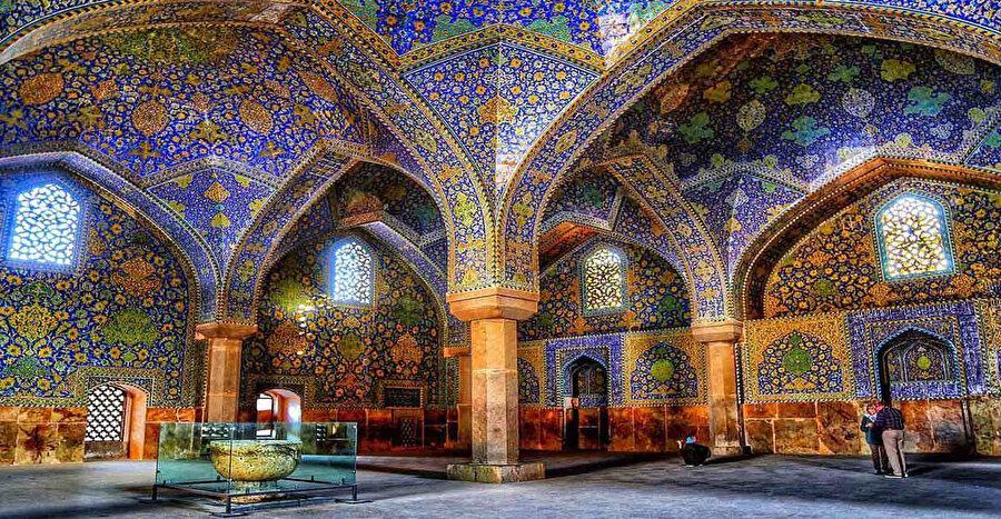 İsfahan'daki Şah Mescidi, Mescid-i İmâm, Mescid-i Sultânî-i Cedîd ve Câmi-i Abbâsî isimleriyle de tanınır.