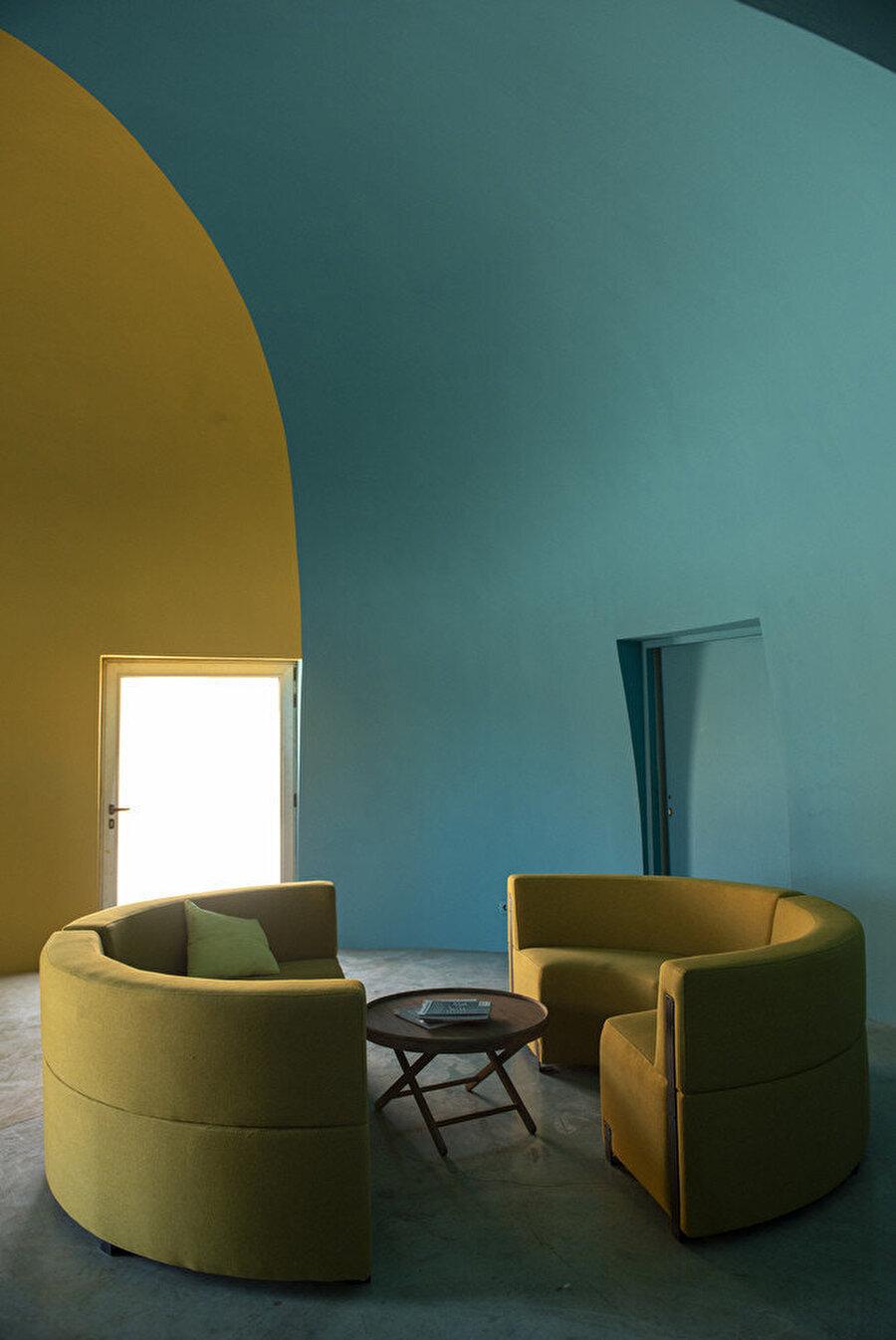 İç mekanda kullanılan mobilyaların şekilleri de tasarım kurgusuna uyum sağlıyor.