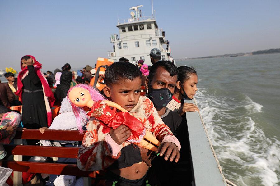 Arakanlı Müslüman Bangladeş donanmasına ait gemilerle adaya taşındı.
