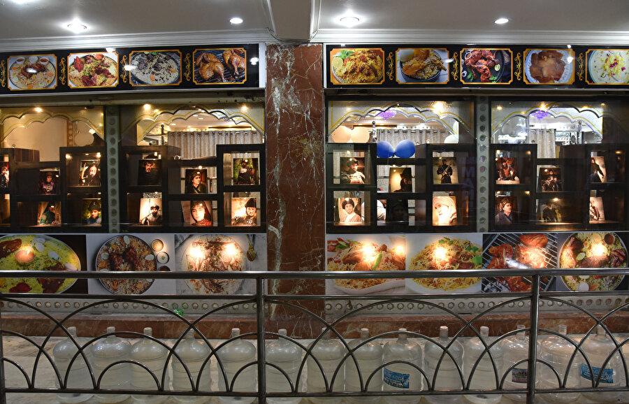 Restoranda Diriliş Ertuğrul dizisi oyuncularının fotoğrafları yer alıyor.