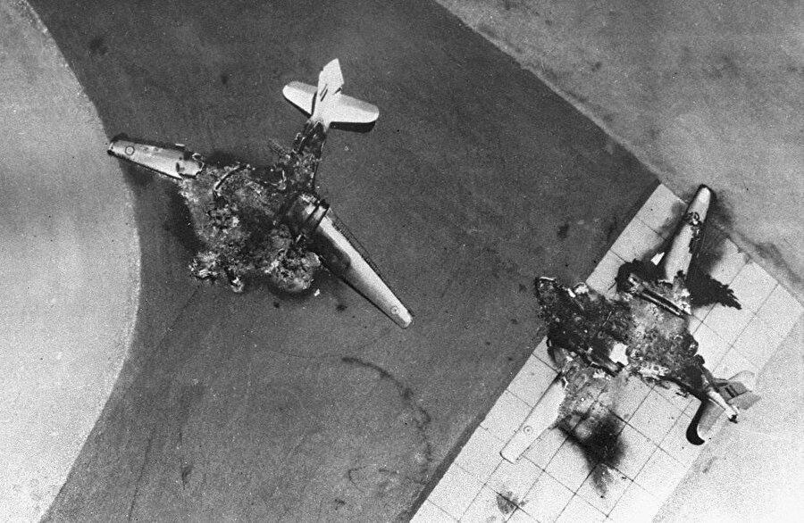 Altı Gün Savaşı'nda, pistten kalkış yapamadan İsrail tarafından vurulan Mısır uçakları.