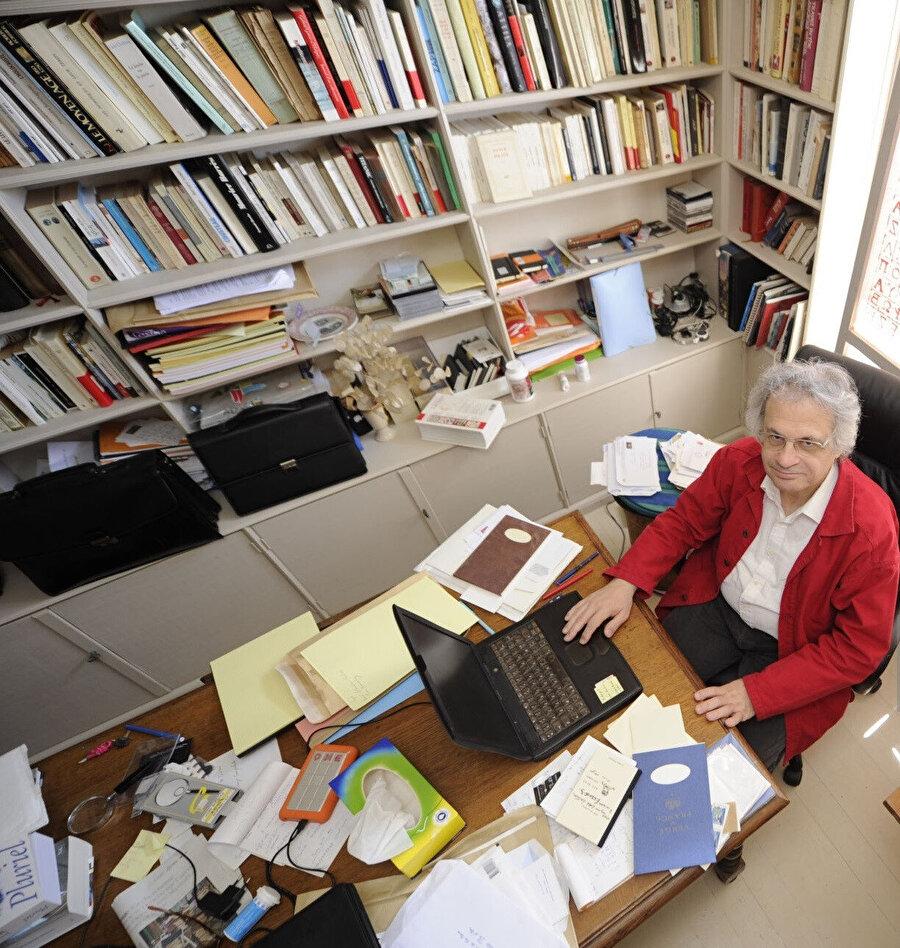 Emin Maluf, yazı çalışmalarını Fransa'nın batısındaki Yeu adasında bulunan evinde sürdürmektedir.
